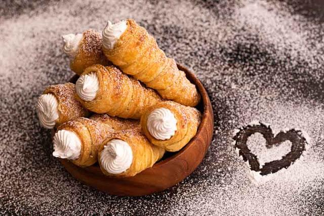 conos de hojaldre con crema de merengue italiano