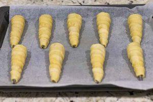 envolver conos de hojaldre con tiras de masa