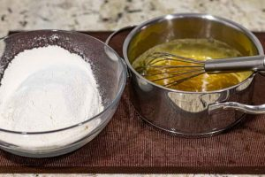 agregar harina a mezcla para masa de pastelitos con miel