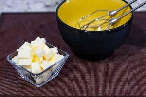 batir mantequilla para crema de pastelitos