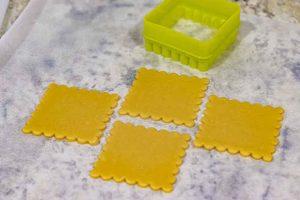 cortar masa de miel para pastelitos con cortador