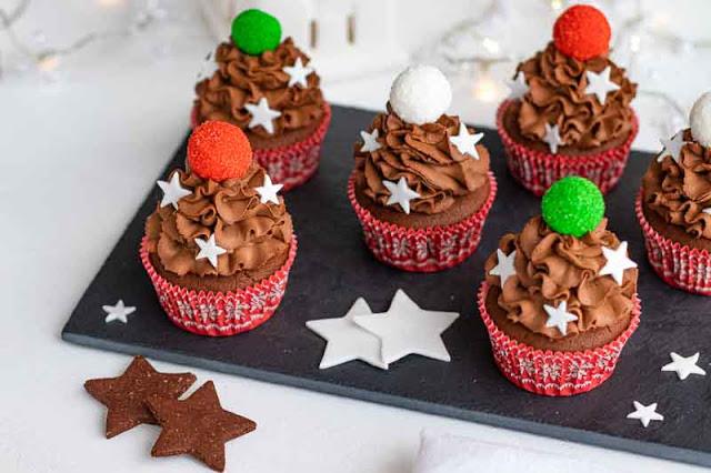 cupcakes de chocolate con relleno de naranja preparados