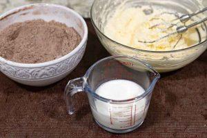 cupcakes de chocolate rellenos agregar harina con cacao