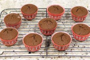 cupcakes de chocolate rellenos enfriar en rejilla