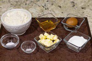 ingredientes para pastelitos con masa de miel y crema de yogur