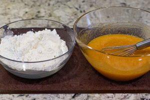 juntar mezclas para bizcocho de calabaza con crema