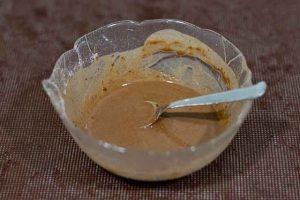juntar mezclas para crema del pastel en forma de arbol de navidad