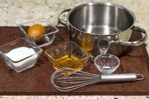 mezclar ingredientes para masa de pastelitos de miel