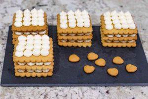 montar crema de yogur en la masa de pastelitos