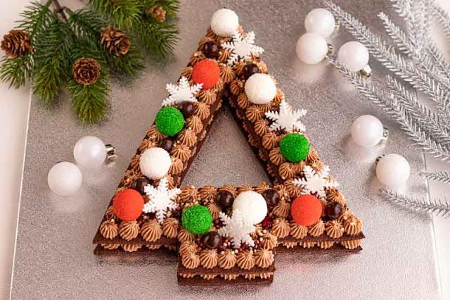 pastel en forma de arbol de navidad preparado