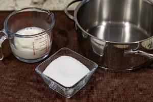 pastel forma arbol navidad mezclar leche y azucar para crema
