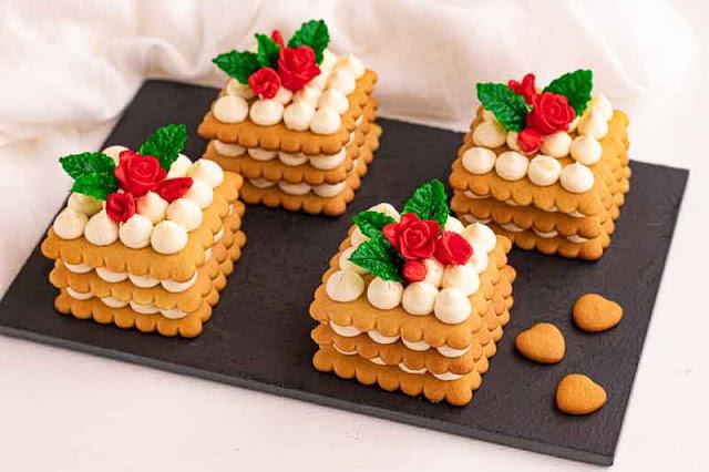 pastelitos con masa de miel y crema de yogur preparados