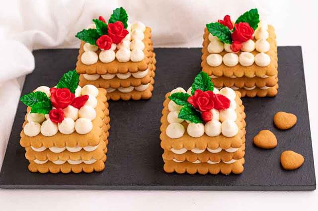 pastelitos con masa de miel y crema de yogur