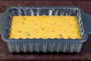 poner masa de bizcocho de calabaza en molde