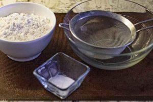 tamizar harina para bizcocho de calabaza