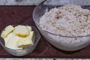 agregar mantequilla a masa de stollen con naranja