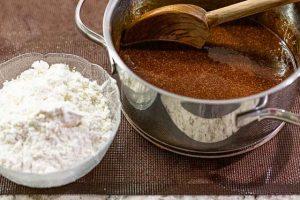 galletas de caramelo y especias agregar harina de trigo