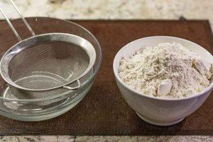 galletas de caramelo y especias tamizar harina