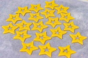 poner galletas de vainilla en bandeja para hornear