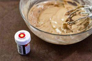 agregar colorante alimentario a masa de pastelitos con mousse