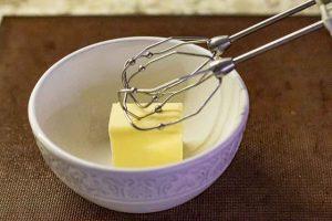 batir mantequilla para crema de pastel ruso