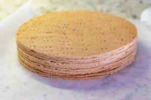capas preparadas para pastel ruso con miel y caramelo