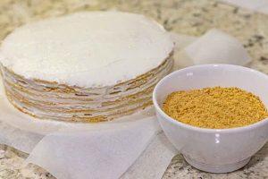 cubrir lados del pastel ruso de miel y caramelo con crema