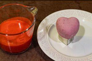 cubrir pastelitos con mousse de frutos con glaseado