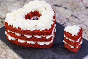 decorar pastel de terciopelo rojo en forma de corazon