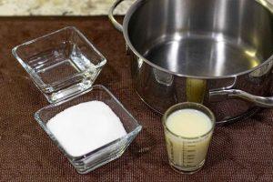 mezclar azucar agua y leche condensada para glaseado espejo
