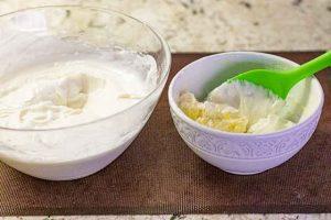 mezclar mantequilla y yogur para crema de pastel ruso