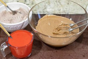pastel de terciopelo agregar kefir con colorante