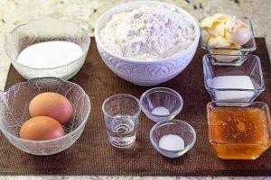 pastel ruso con miel y caramelo preparar ingredientes