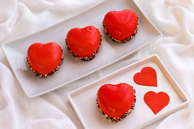 pastelitos con mousse de frutos rojos servidos