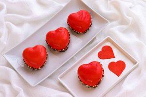 pastelitos mousse de frutos rojos en forma de corazon