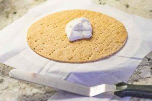 poner crema encima de capa de masa para pastel ruso