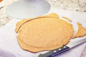 recortar capas del pastel ruso con miel y caramelo