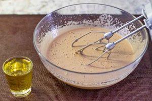 agregar aceite de oliva suave a mezcla para muffins de zanahoria y naranja