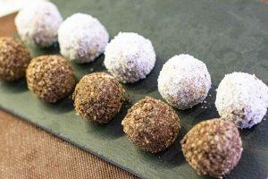 agregar coco y datiles y dar forma a bombones con almendras