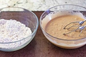 agregar harina a mezcla para muffins de zanahoria y naranja