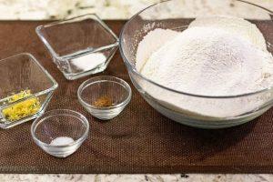 agregar resto de ingredientes a harina para galletas rellenas