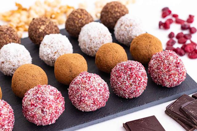 bombones dulces y saludables de frutos secos preparados para servir