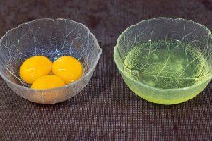 dividir yemas y claras de los huevos para pastelitos salados