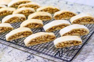 hornear y dejar enfriarse a las galletas rellenas de manzana