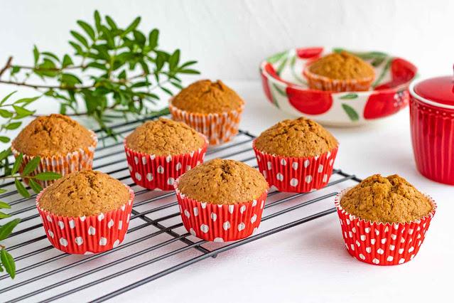 muffins de zanahoria con naranja y jengibre en mesa