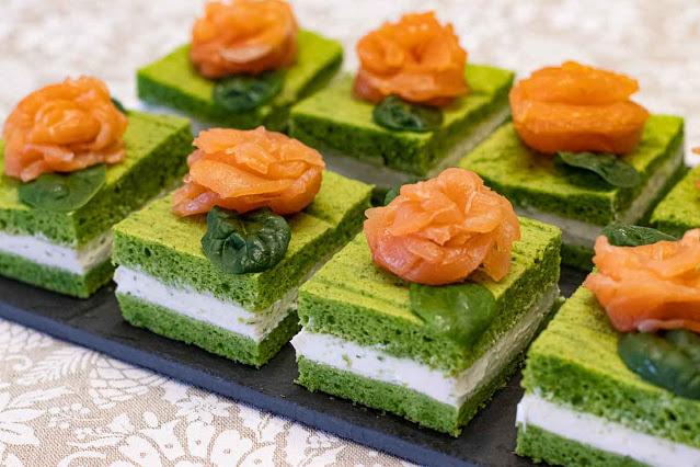 pastelitos salados con espinacas y salmon preparados para servir