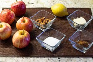 preparar ingredientes para galletas rellenas con manzana
