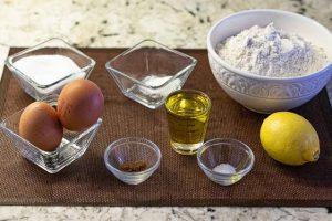 preparar ingredientes y tamizar harina para masa de galletas con manzana