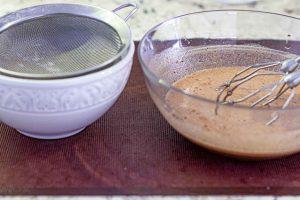 agregar harina y sal a bizcocho para pastel con mousse