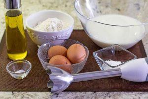 batir ingredientes para crepes con minipimer